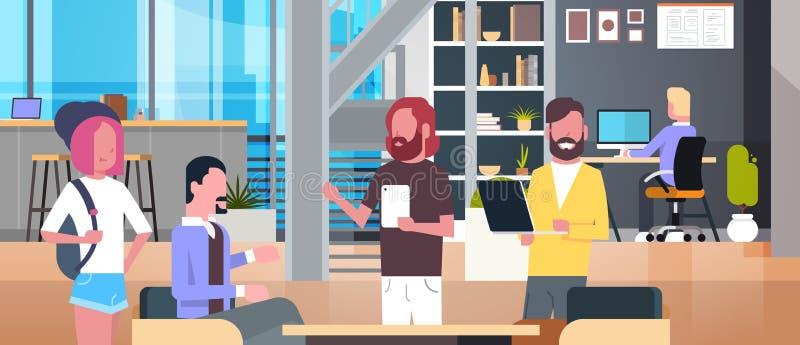 Coworking-Büro-Innenraum mit den zufälligen arbeitenden Leuten, zufällige Wirtschaftler-Gruppe in der Mitarbeiter-Mitte lizenzfreie abbildung