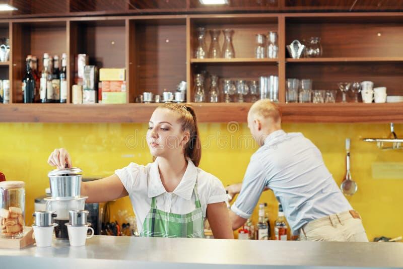 Coworking barista和经理柜台的 免版税库存照片