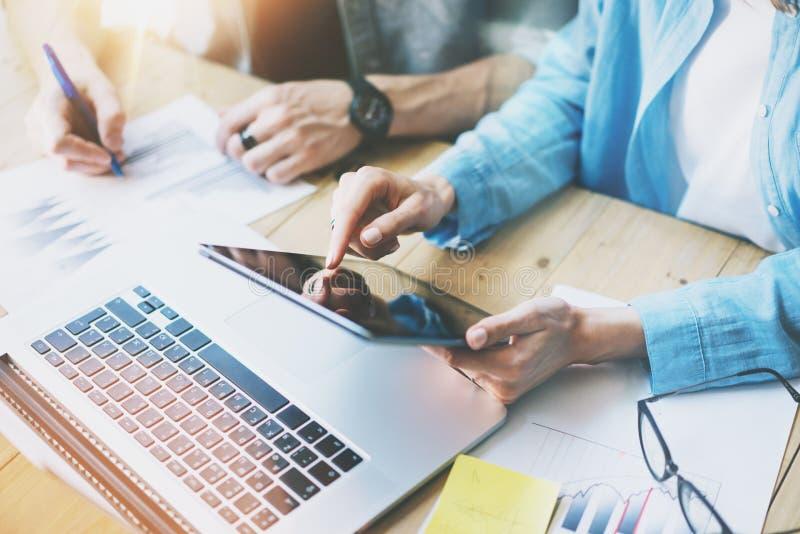 Coworking drużyny pracy proces w nowożytnym biurze Kierownika macania ekranu cyfrowa pastylka Młoda biznesowa załoga pracuje z zdjęcia stock