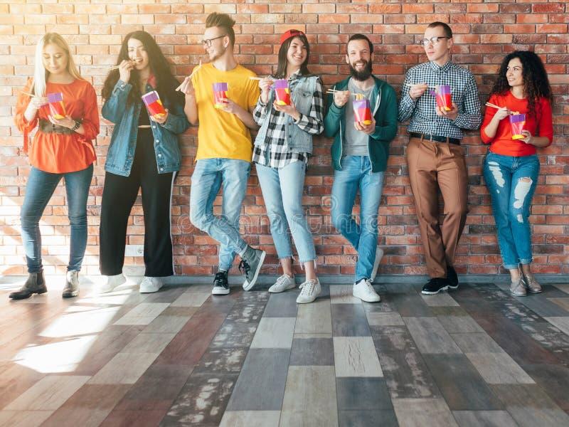 Coworking Essen zum Mitnehmen millennials Mittagessen des Geschäftsteams lizenzfreies stockbild
