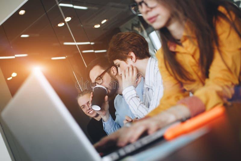 Coworking lagidékläckning i modernt kontor Funktionsduglig atmosfär i mötesrum Unga idérika chefer team arbete med nytt s royaltyfria bilder