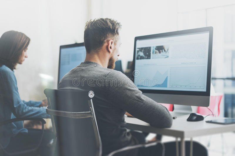 Coworking lagprocess Ung affärsbesättning för foto som arbetar med det moderna kontoret för nytt startup projekt Skrivbords- dato royaltyfria foton