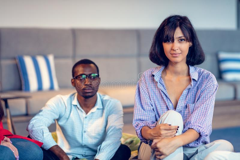 Coworking möte Startup lag som tillsammans diskuterar nytt projekt royaltyfri bild