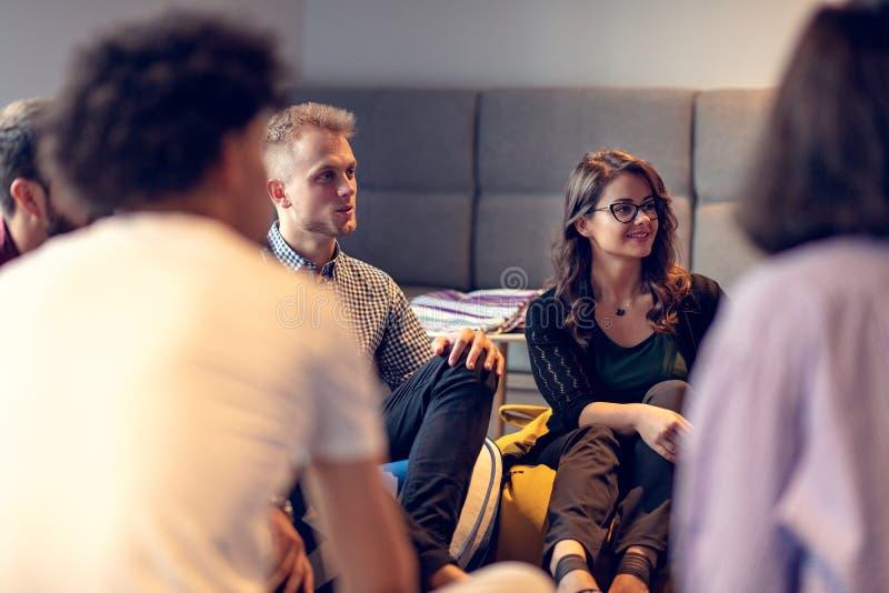Coworking möte Startup lag som tillsammans diskuterar nytt projekt arkivfoto