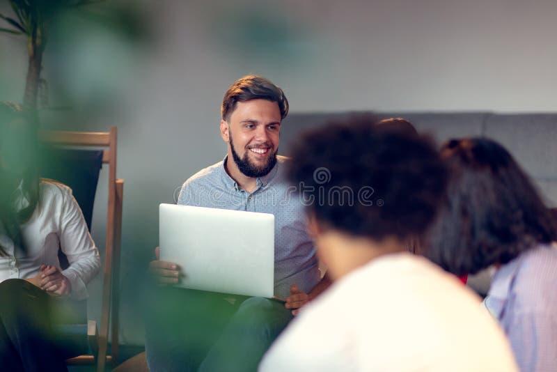 Coworking möte Startup lag som tillsammans diskuterar nytt projekt royaltyfria bilder