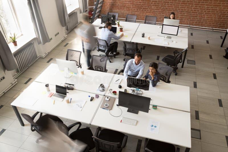 Coworking moderne avec des personnes d'équipe travaillant sur des ordinateurs, vue supérieure photo libre de droits