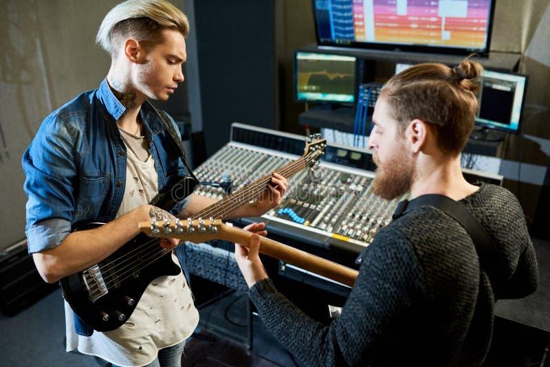 Coworking musiker i inspelningstudio fotografering för bildbyråer
