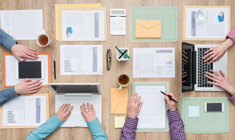 Coworking no escritório foto de stock royalty free
