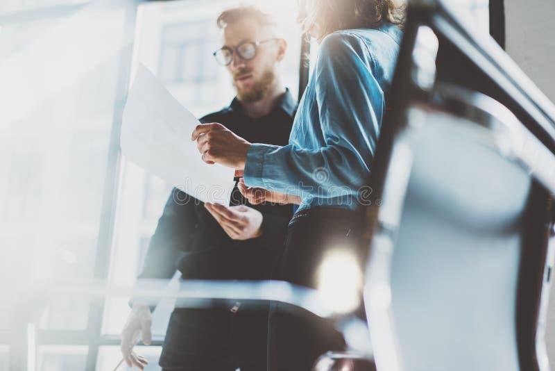 Coworking process för lag Ung affärsbesättning för foto som arbetar med nytt startup projekt Projektchefer som möter nära fönster arkivfoto