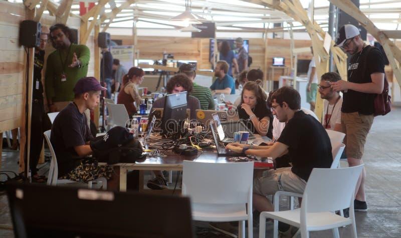 Coworking programmerarelag på brett arbete arkivbild