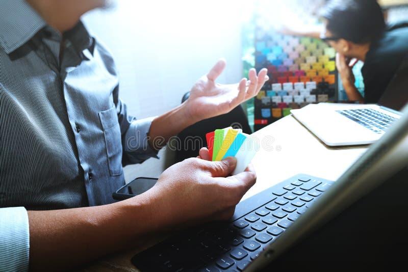 Coworking przetwarza, przedsiębiorcy drużynowy działanie w kreatywnie biurze obraz stock