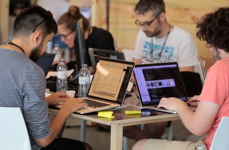 Coworking-Team bei der Arbeit lizenzfreie stockfotos
