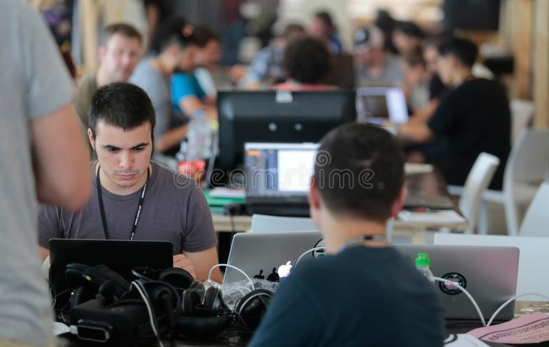 Coworking-Team bei der Arbeit stockbild