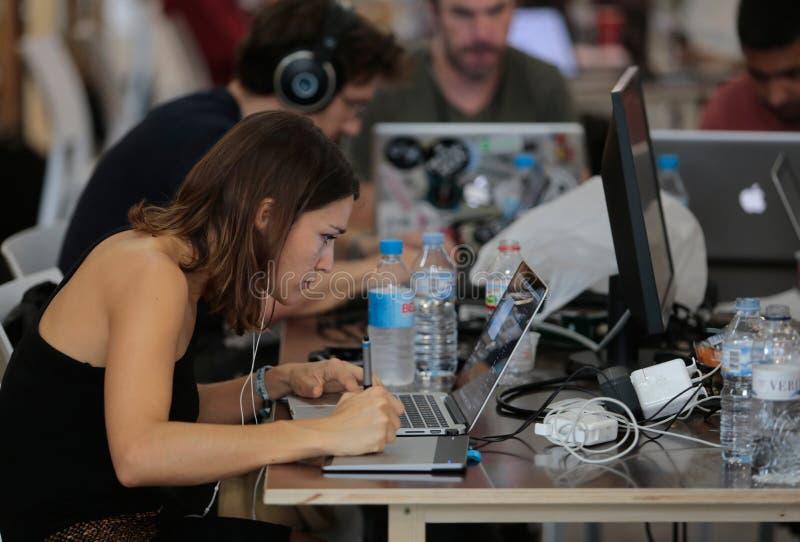 Coworking-Team bei der Arbeit weit lizenzfreies stockfoto