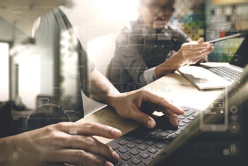 Coworking traitent, équipe d'entrepreneur travaillant dans le bureau créatif images stock