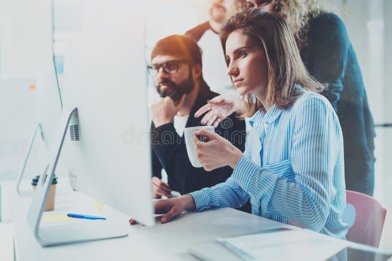 Coworkingsmensen die concept ontmoeten Businessmans die gesprek maken bij vergaderzaal met partners op kantoor horizontaal stock foto's
