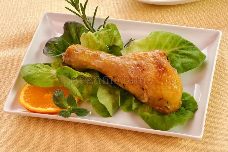 Coxa da galinha com salada imagem de stock royalty free