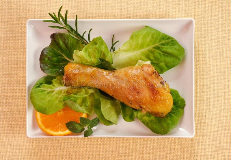 Coxa da galinha com salada imagem de stock
