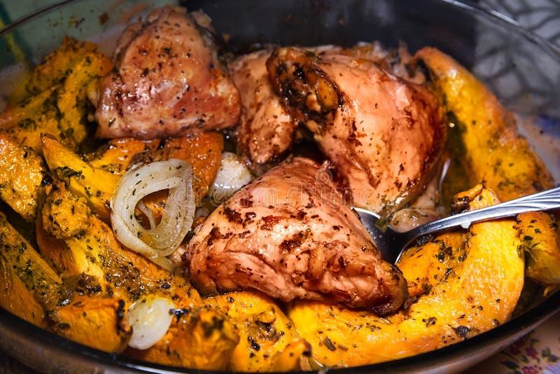 Coxas de frango caseiros e partes da abóbora cozidas no formulário de vidro imagem de stock royalty free