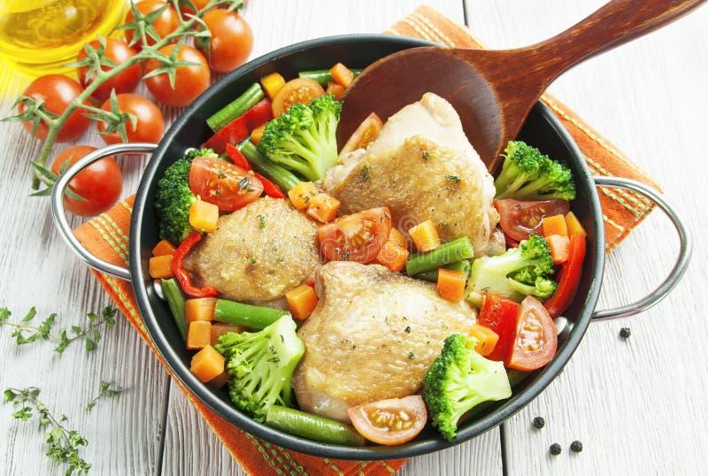 Coxas de frango Roasted com vegetais fotos de stock