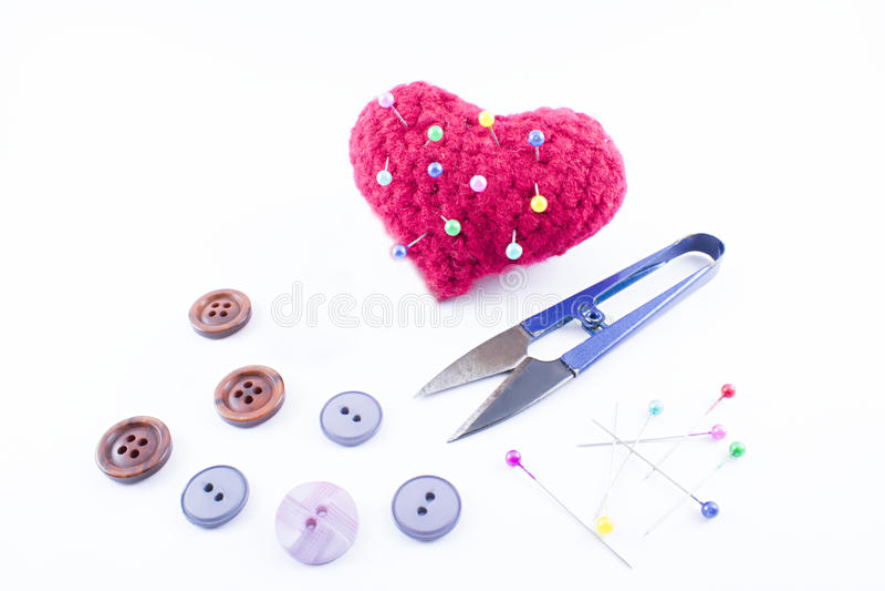 Coxim com forma do coração com pinos e botões fotografia de stock royalty free