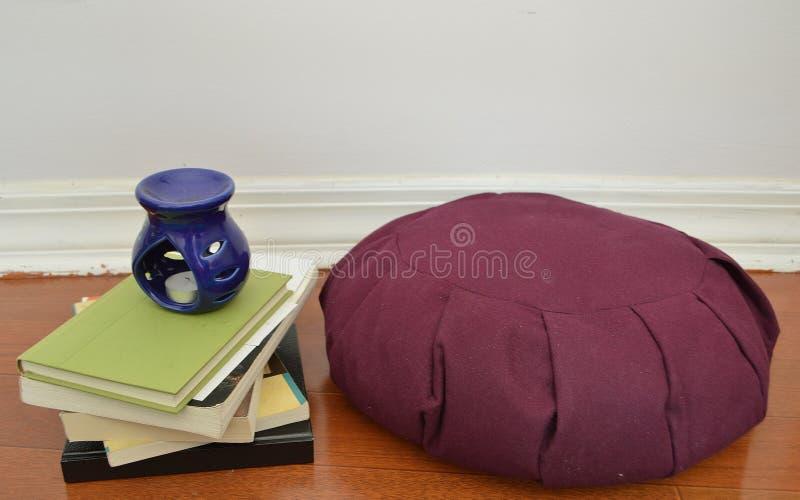 Coxim da meditação com vela azul fotografia de stock royalty free