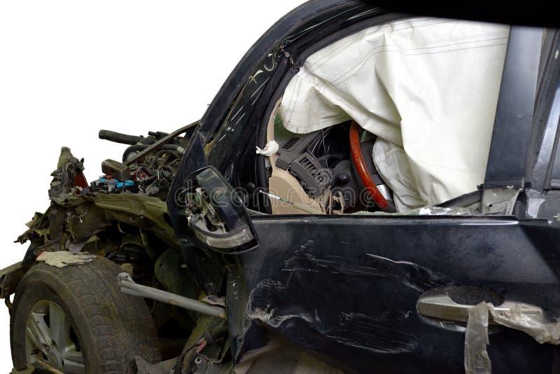 Coxim revelado da segurança no carro muito amarrotado no acidente de viação isolado fotos de stock