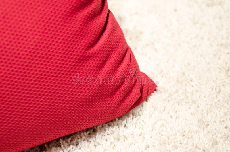 Coxim vermelho do sofá imagem de stock