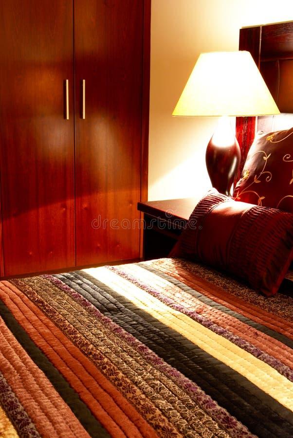 Coxins coloridos na cama foto de stock