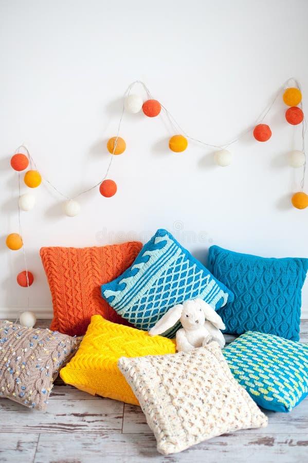 Coxins feitos malha coloridos brilhantes foto de stock