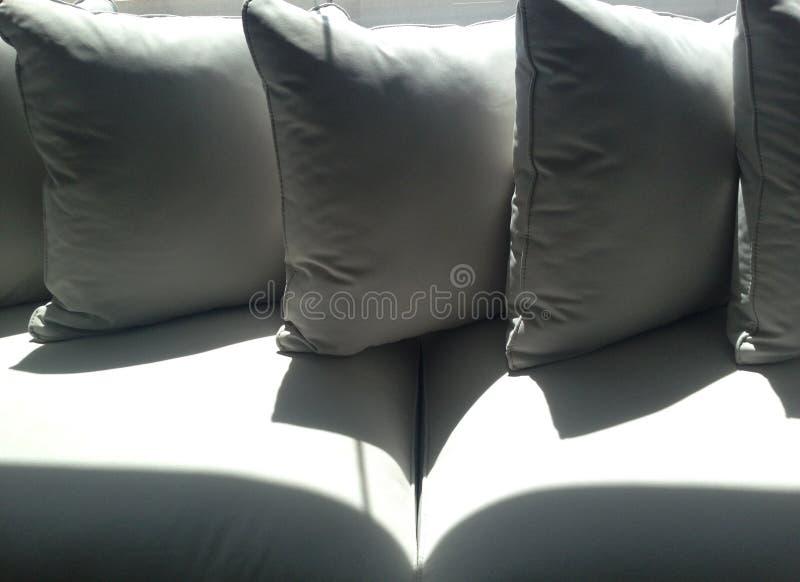 Download Coxins no detalhe do sofá foto de stock. Imagem de descanso - 65576334