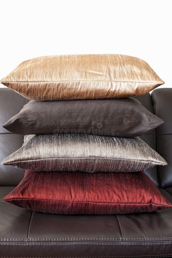 Coxins no sofá de couro imagens de stock royalty free