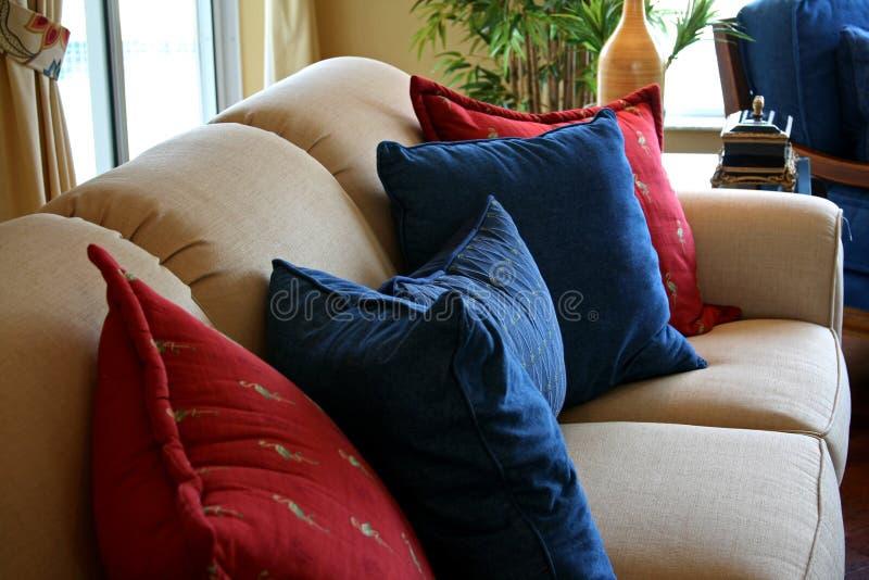 Coxins que descansam no sofá formal imagem de stock royalty free