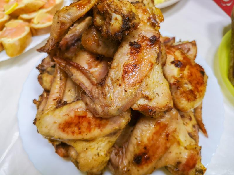 Cozendo as asas de galinha quentes e picantes da grade no forno com a gr?o processada imagem de stock