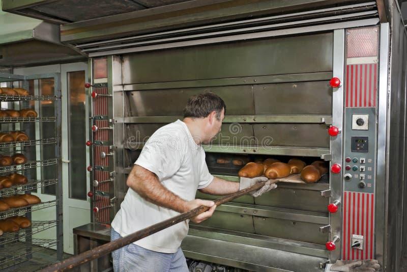 Cozendo um pão fotos de stock royalty free