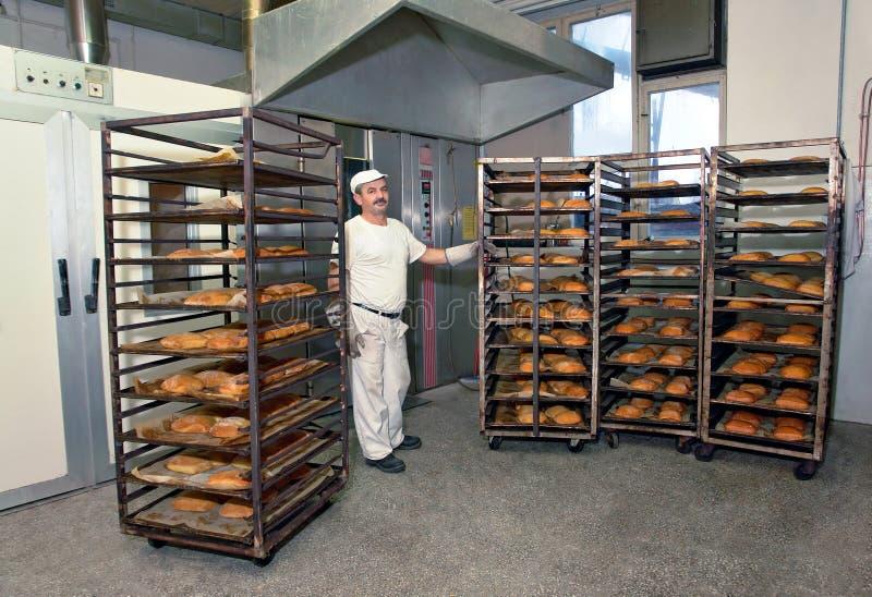 Cozendo um pão imagem de stock royalty free