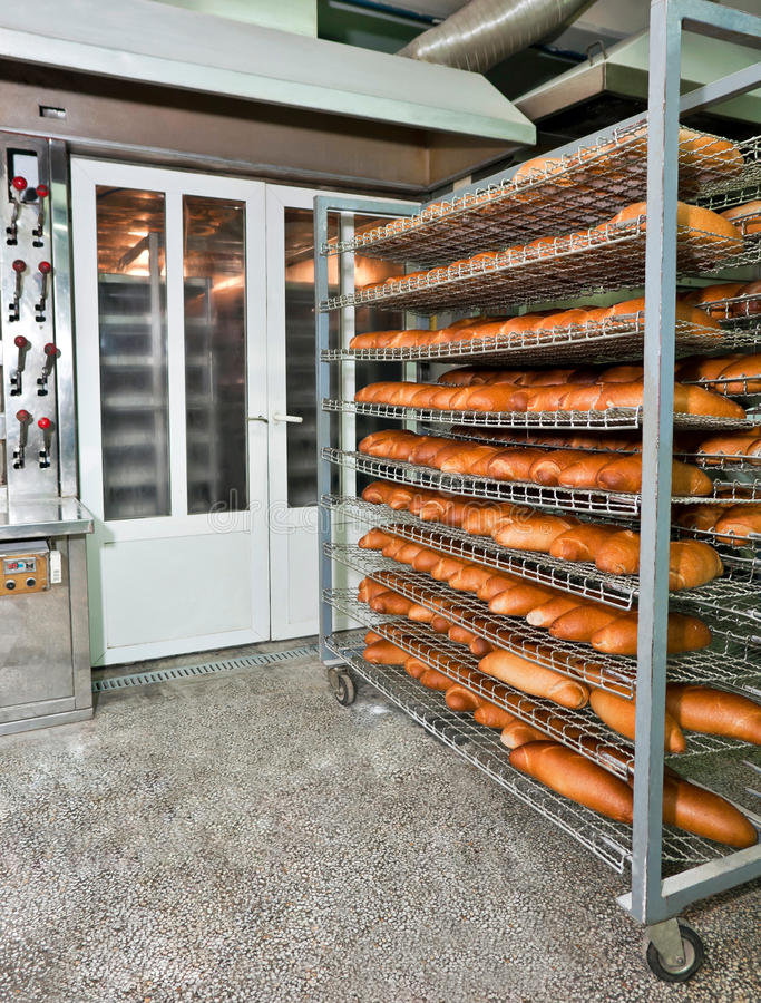 Cozendo um pão imagens de stock