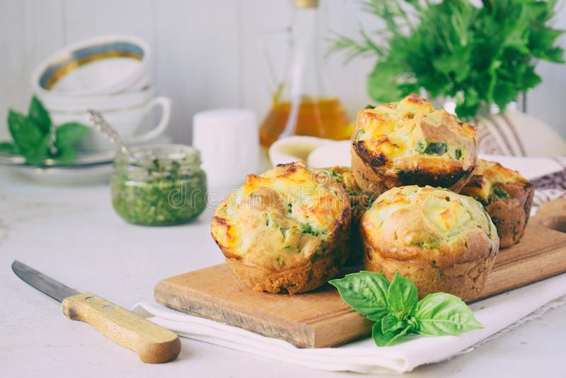 Cozeu recentemente queques com espinafres, as batatas doces e o queijo de feta no fundo branco Conceito saudável do alimento Past foto de stock