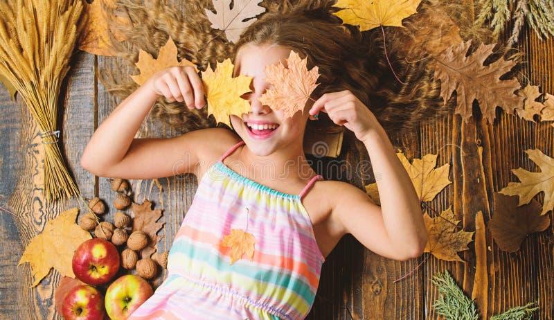 Coziest rzeczy o spadku Dzieciak ?liczna dziewczyna relaksuje drewnianych t?o jesieni atrybut?w odg?rnego widok Dziecko d?ugie w? obrazy stock