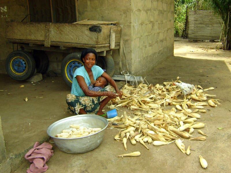 Cozimento africano da mulher imagem de stock