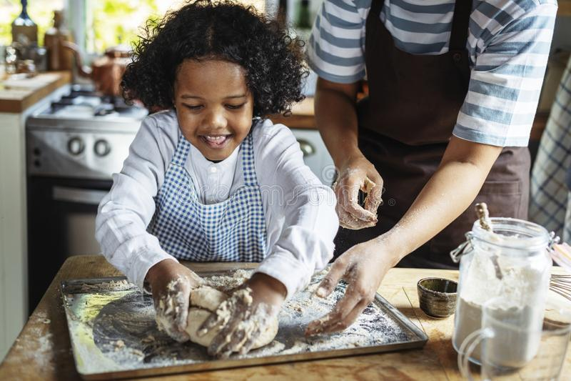 Cozimento alegre do menino na cozinha foto de stock royalty free