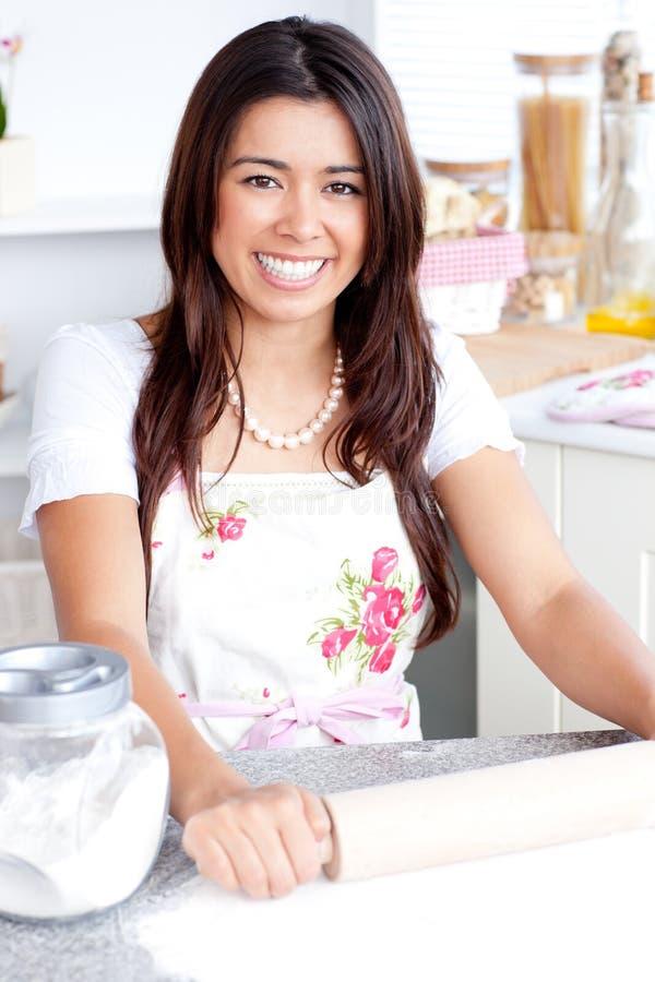 Cozimento asiático brilhante da mulher na cozinha foto de stock