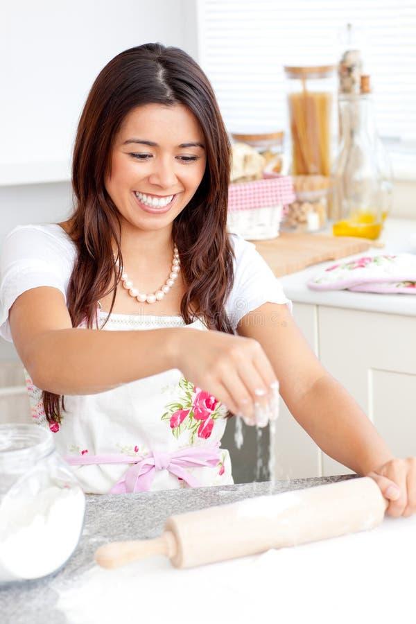 Cozimento asiático vívido da mulher na cozinha foto de stock royalty free