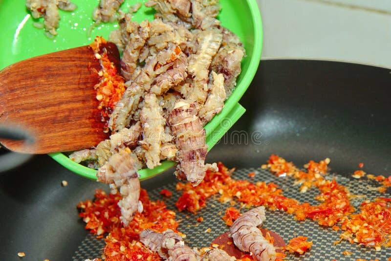 Cozimento caseiro da manjericão picante fritada com os camarões de louva-a-deus cobertos imagens de stock royalty free