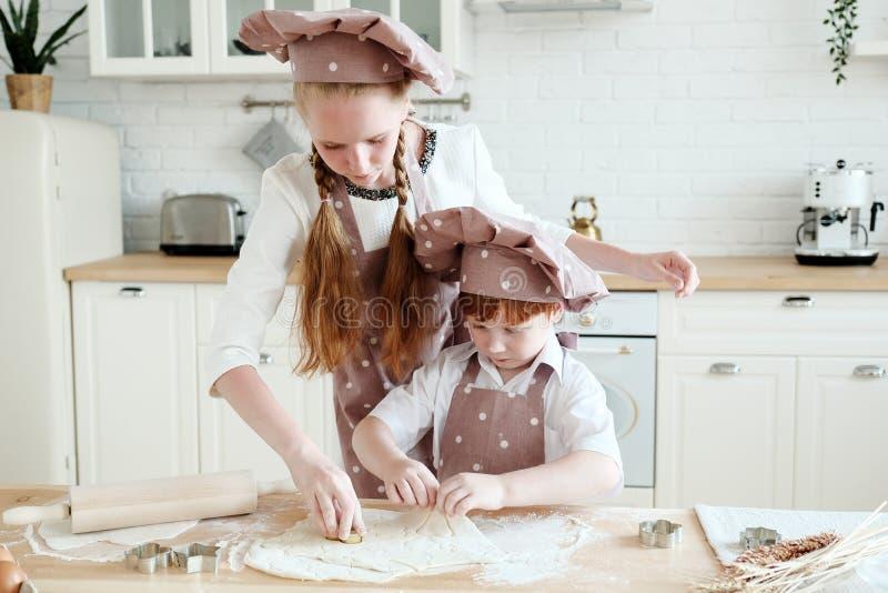 Cozimento com crianças foto de stock