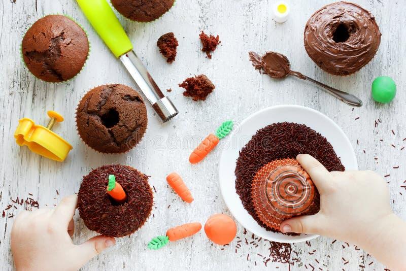 Cozimento criativo da Páscoa, processo de cozimento dos bolos de cenoura com um chil fotografia de stock royalty free