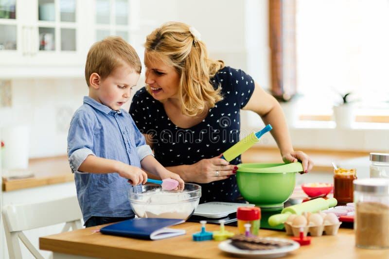 Cozimento da criança bonita e da mãe fotografia de stock