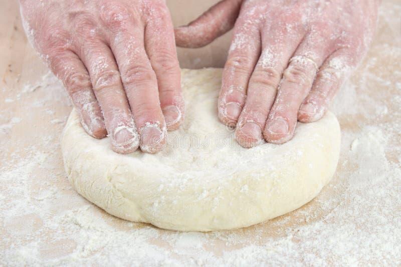 Cozimento da pizza imagens de stock royalty free