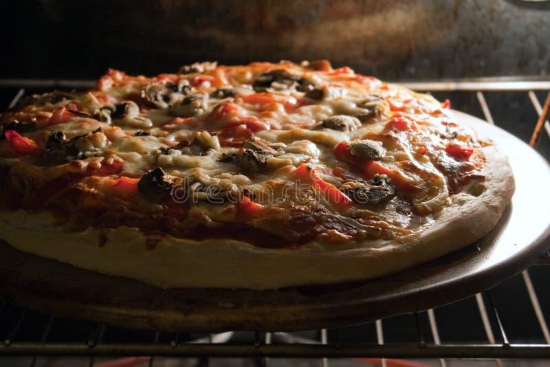 Cozimento da pizza no forno foto de stock royalty free