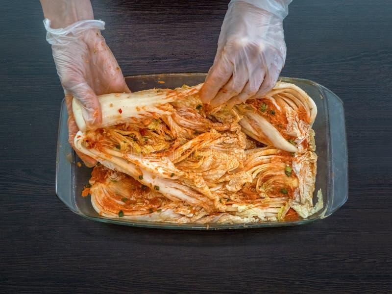 Cozimento de kimchi coreano a partir de couve chinesa fotografia de stock